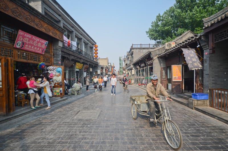 De straat van Peking hutong stock afbeeldingen