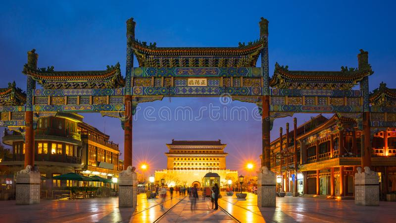 De Straat van Peking Qianmen bij nacht in Peking, China royalty-vrije stock afbeeldingen