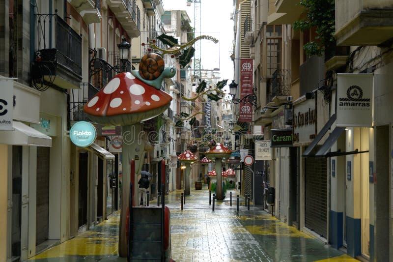 De straat van de regenachtige paddestoel in Alicante royalty-vrije stock afbeeldingen