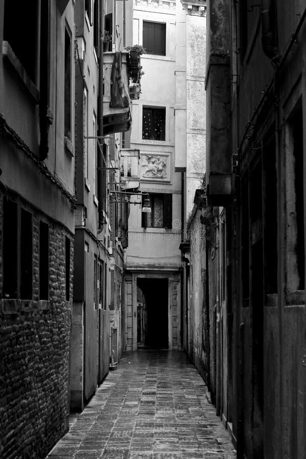 De straat van Venetië, eenzame weg royalty-vrije stock foto's