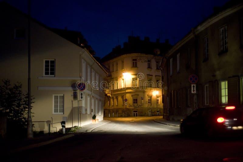 De straat van Vilnius bij nacht stock afbeeldingen