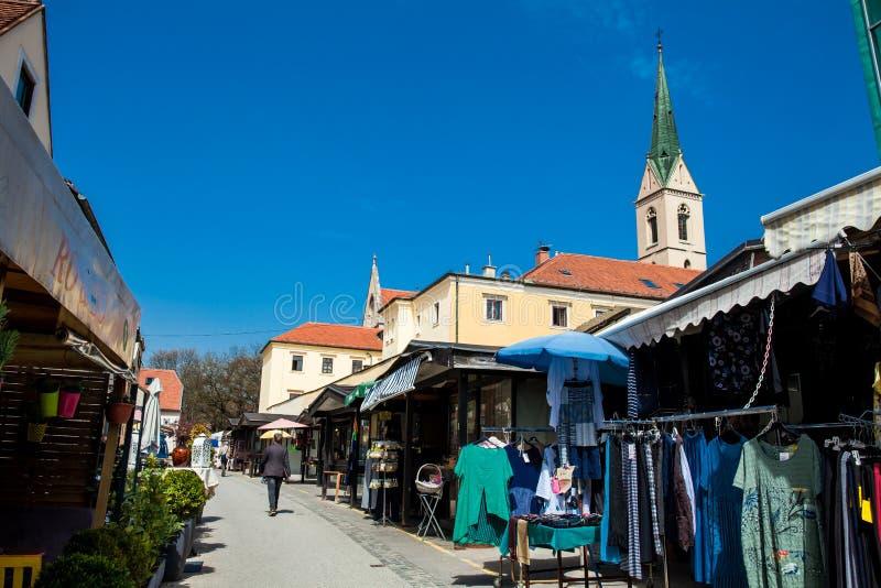 De straat verkoopt in Kaptol in Zagreb in een mooie vroege de lentedag royalty-vrije stock foto's