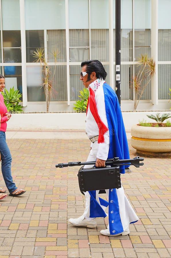 De straatacteur kleedde zich als Elvis op Calcadao DE Londrina royalty-vrije stock afbeelding