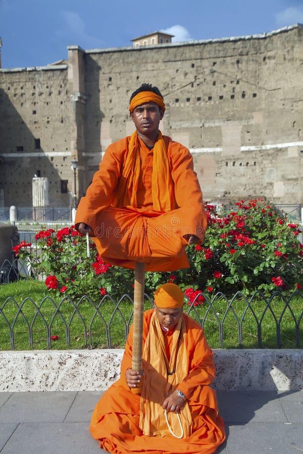 De straatactoren kostumeerden als Indische Yogi royalty-vrije stock afbeeldingen