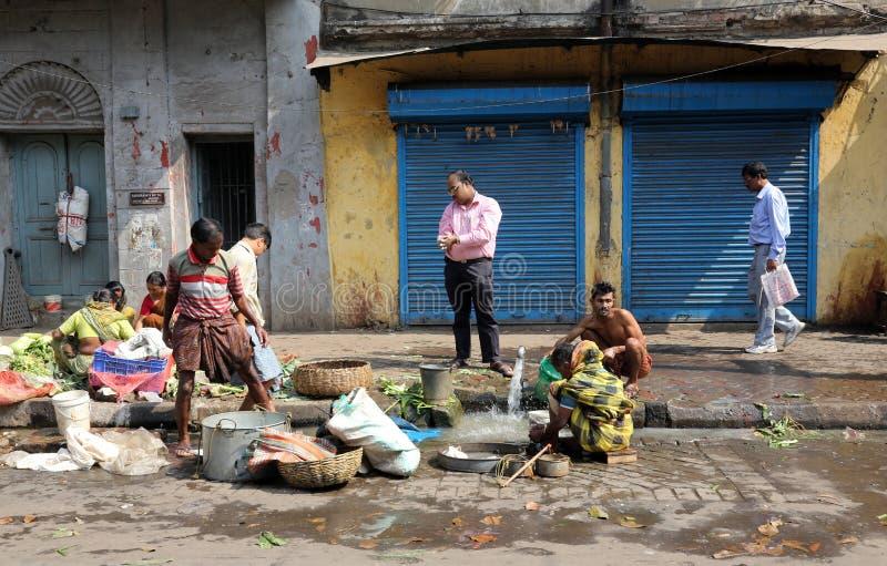 De straathandelaar verkoopt groenten royalty-vrije stock foto