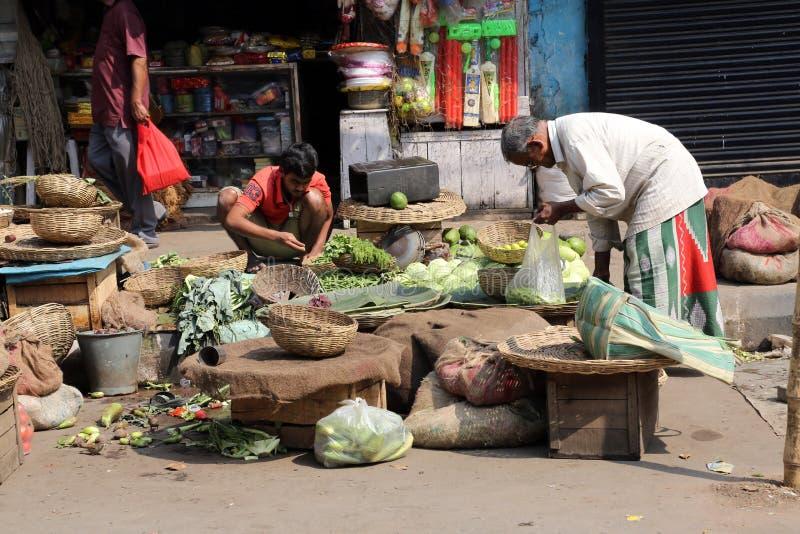 De straathandelaar verkoopt groenten stock fotografie