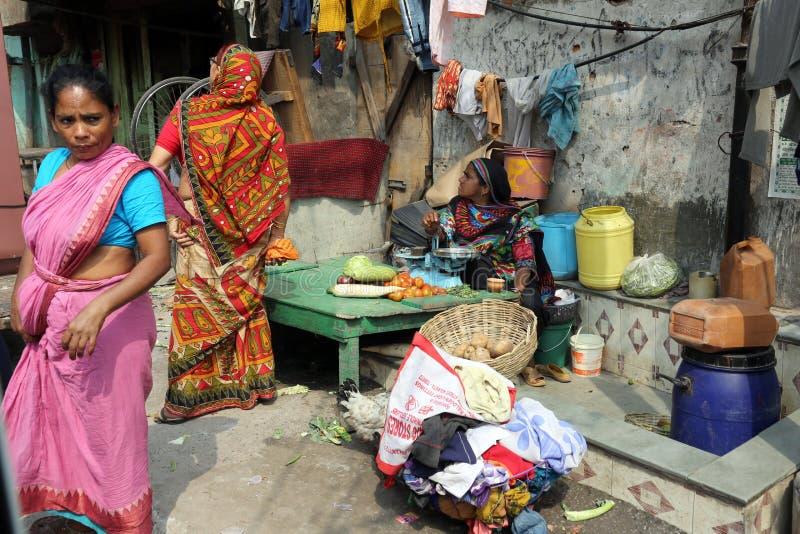 De straathandelaar verkoopt groenten openlucht in Kolkata stock foto's
