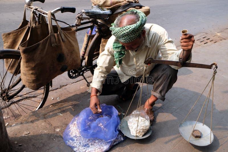 De straathandelaar verkoopt knoflook, Kolkata stock foto