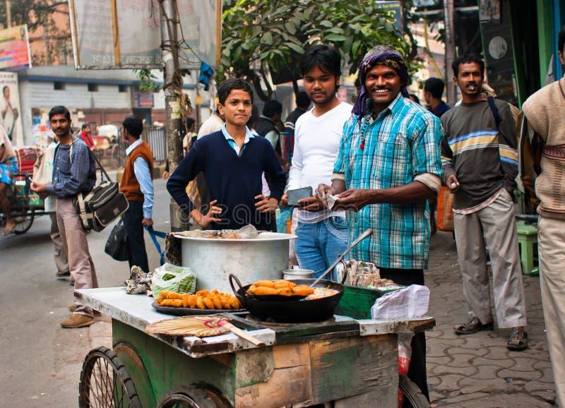 De straathandelaar verkoopt snel voedsel royalty-vrije stock afbeelding