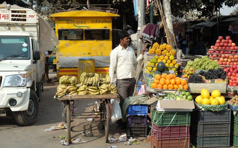 De straathandelaar verkoopt vruchten openlucht in Delhi royalty-vrije stock afbeeldingen