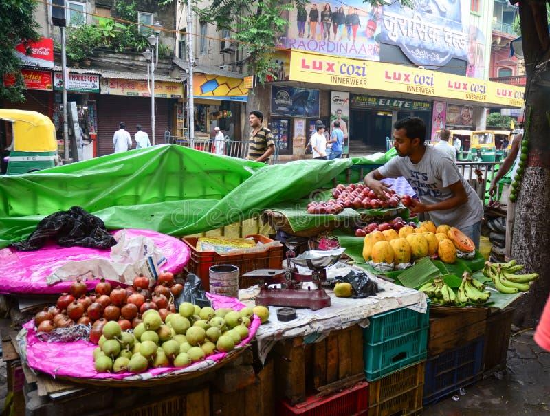 De straathandelaar verkoopt vruchten openlucht in Kolkata, India royalty-vrije stock afbeeldingen