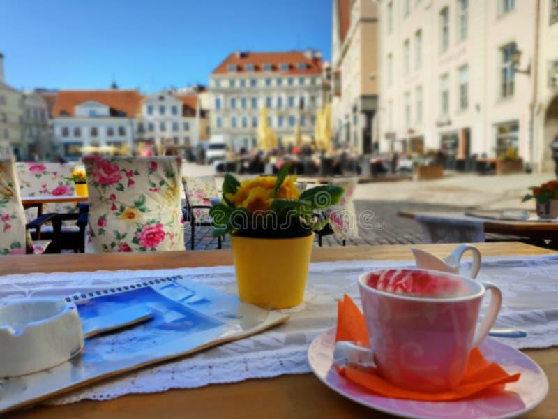 De straatkoffie in de stads Lege lijsten en de stoel wachtende Mensen ontspannen en kop van koffiereis aan de Oude Stad van de Ba royalty-vrije stock foto