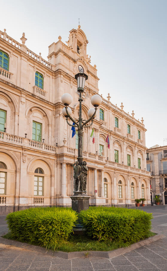 De straatlantaarn in de achtergrond bouw van de Universiteit in Catanië royalty-vrije stock afbeelding
