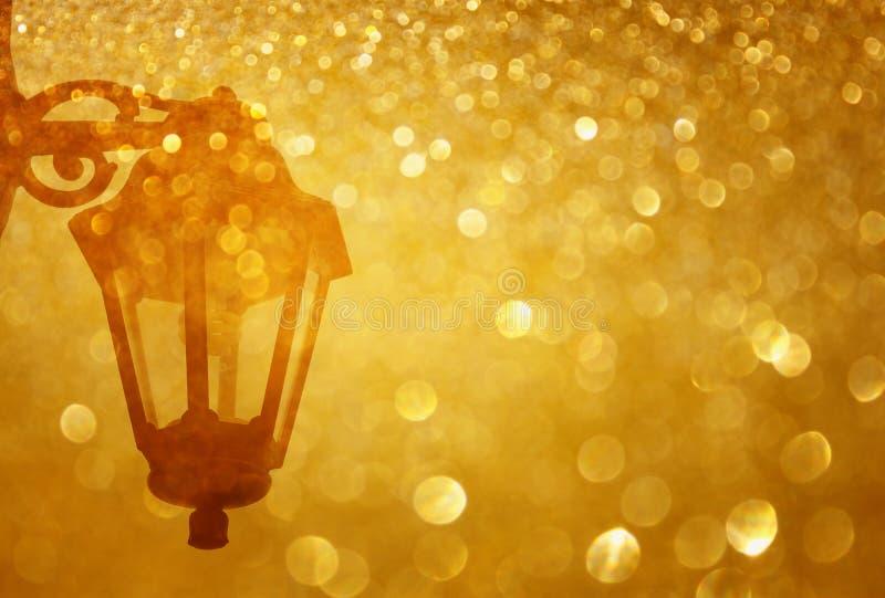 De straatlantaarn en schittert gouden lichte uitbarsting stock foto