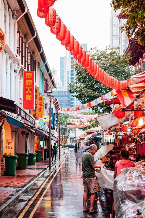 De straatmarkt van Singapore met rode lantaarns en lokale Aziatische mensen royalty-vrije stock foto