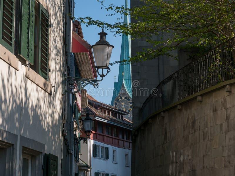 De straatmening van Z?rich van oude stad bij de zomer stock afbeeldingen