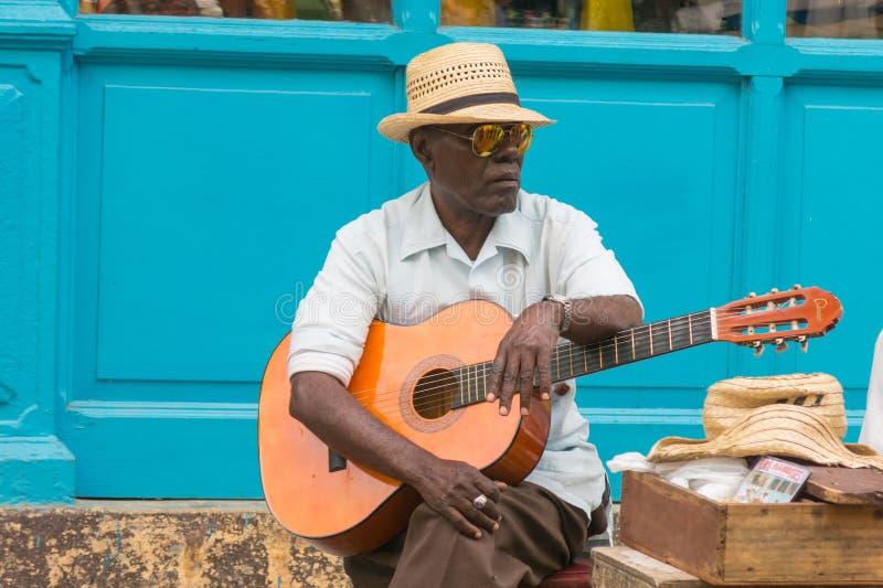 De straatmusicus presteert voor toeristen en uiteinden in Oud Havana, Hav stock foto