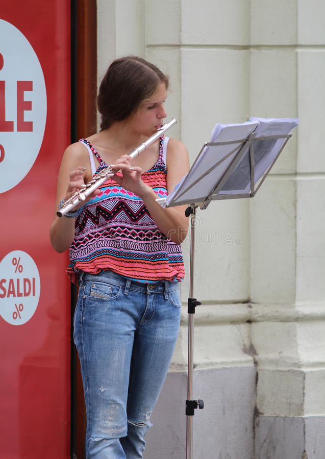 De Straatmusicus van Zagreb/Jonge Vrouw het Spelen Fluit stock foto's