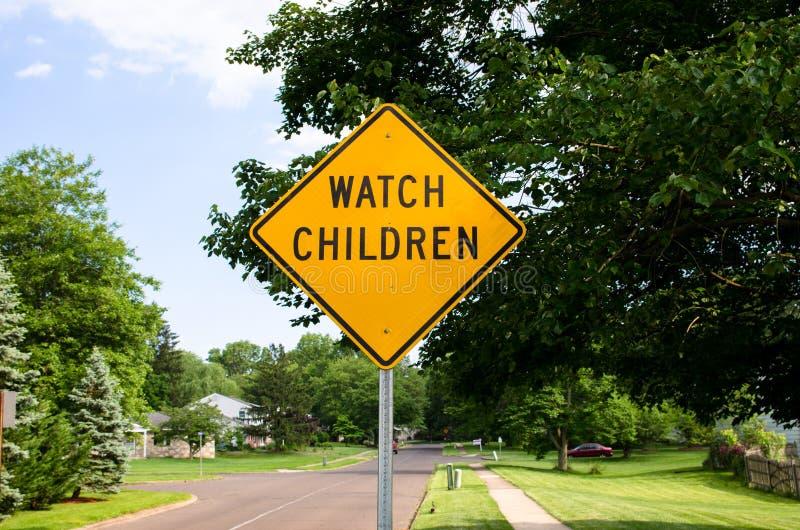 De straatteken van horlogekinderen stock afbeeldingen