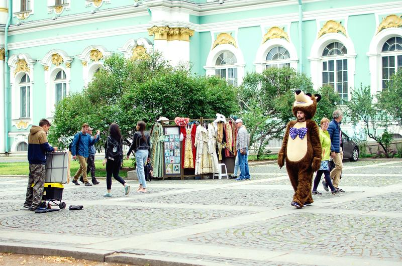 De straatuitvoerders in kostuums van beeldverhaalkarakters onderhouden toeristen in St. Petersburg stock foto's