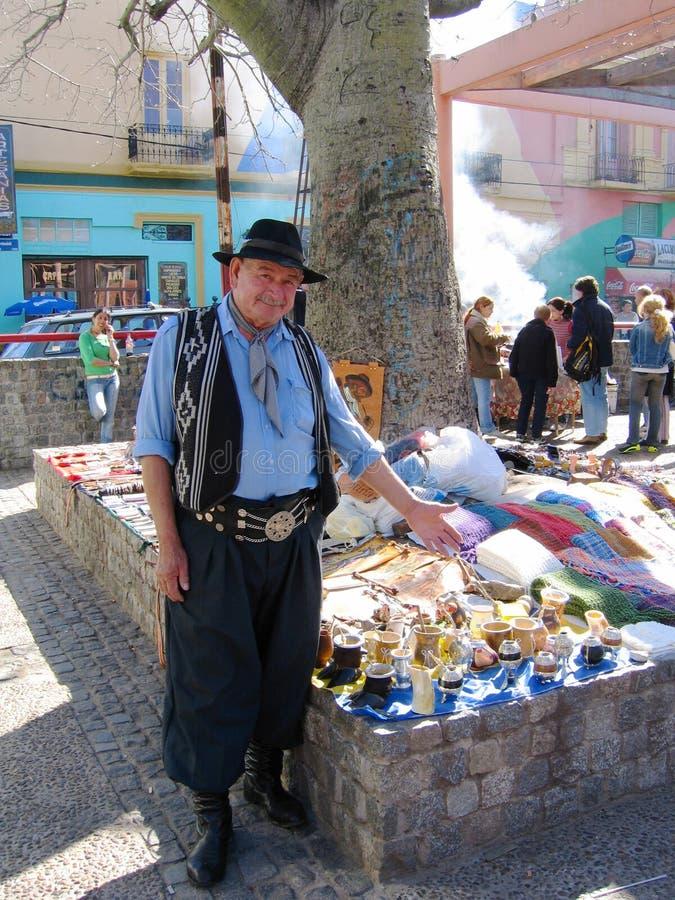 De straatventer kleedde zich aangezien gaucho herinneringen op het gebied van La Boca van Buenos aires aanbiedt stock afbeeldingen