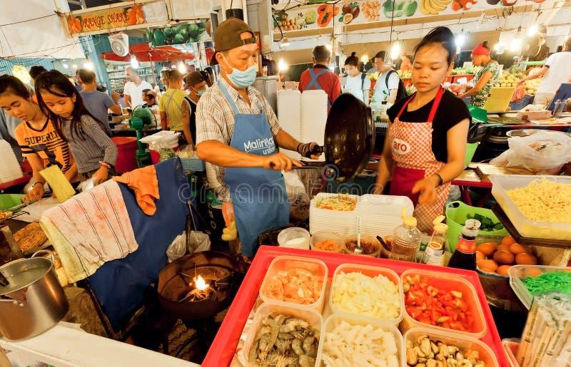 De straatventers en fast-food de kooktoestellen verkopen exotische schotels met zeevruchten en noedels op markt royalty-vrije stock fotografie