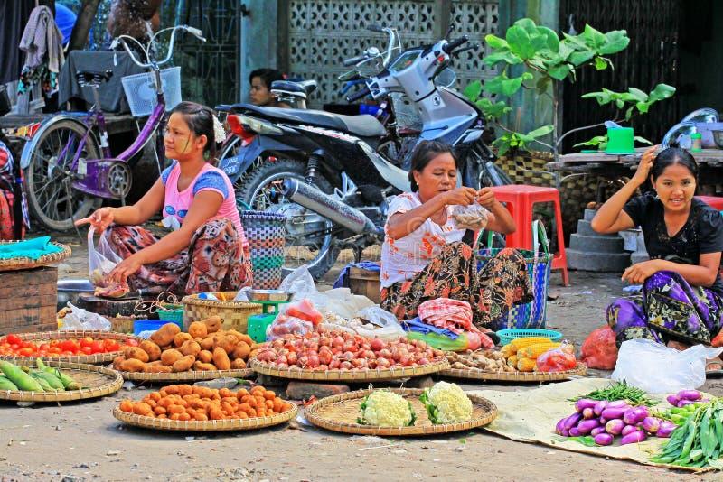 De Straatventers van Mandalay, Myanmar stock afbeelding