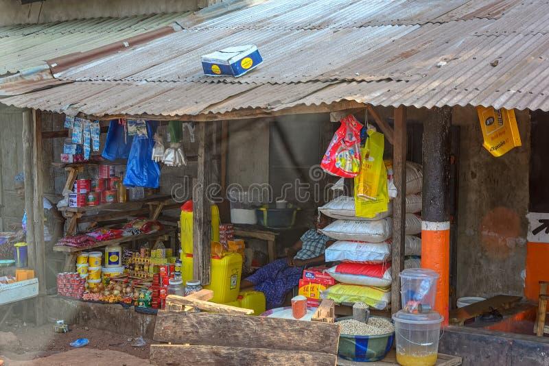 De straatverkopers venten hun goederen in Conakry Guinea, West-Afrika royalty-vrije stock afbeeldingen