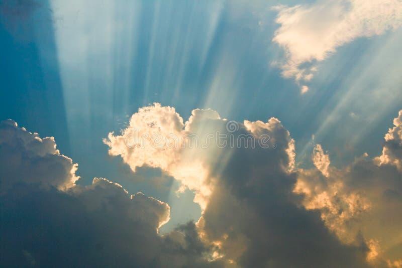 De stralen van de zon in de wolken stock foto