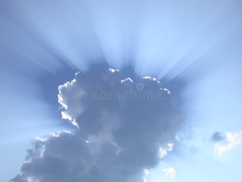 De stralen van de zon door de wolken stock fotografie