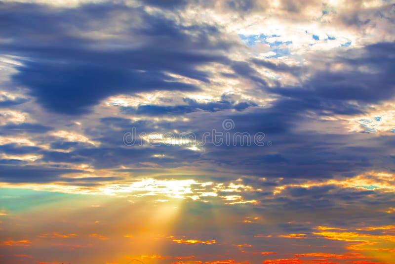 de stralen van de zon door de avondwolken stock foto's