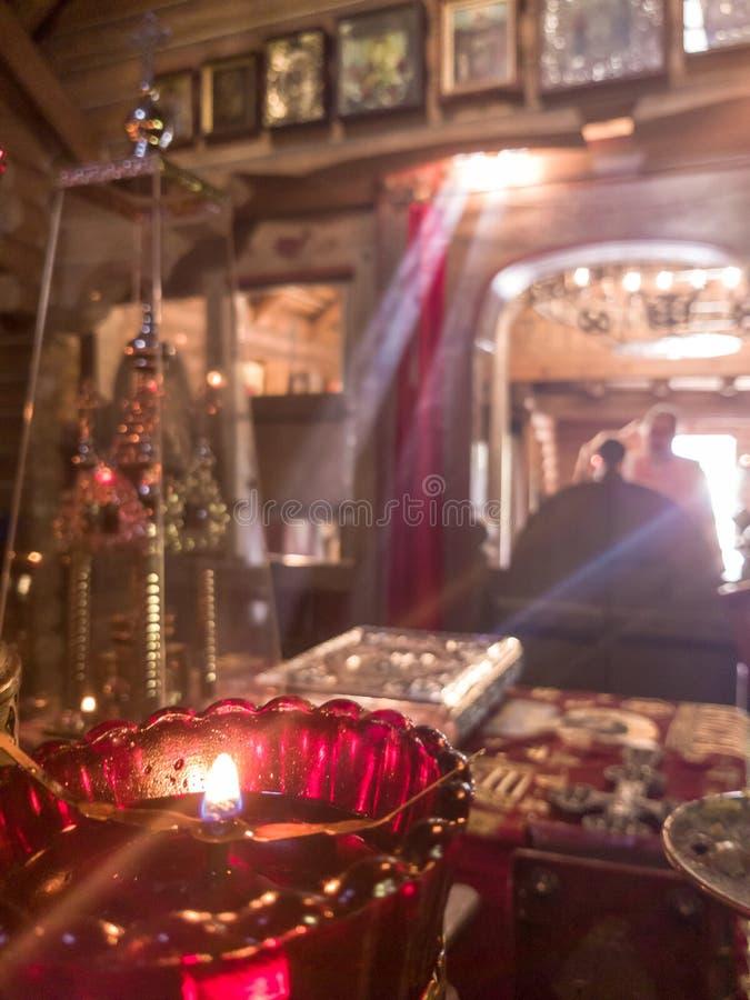 De stralen van de zon maken hun manier door de vensters en de barsten van de Orthodoxe kerk op de troon en heilig stock foto's