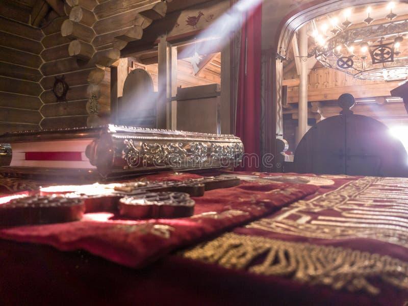 De stralen van de zon maken hun manier door de vensters en de barsten van de Orthodoxe kerk op de troon en heilig royalty-vrije stock afbeelding