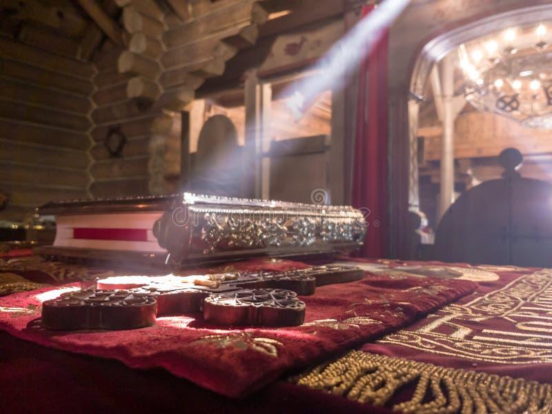 De stralen van de zon maken hun manier door de vensters en de barsten van de Orthodoxe kerk op de troon en heilig stock afbeeldingen