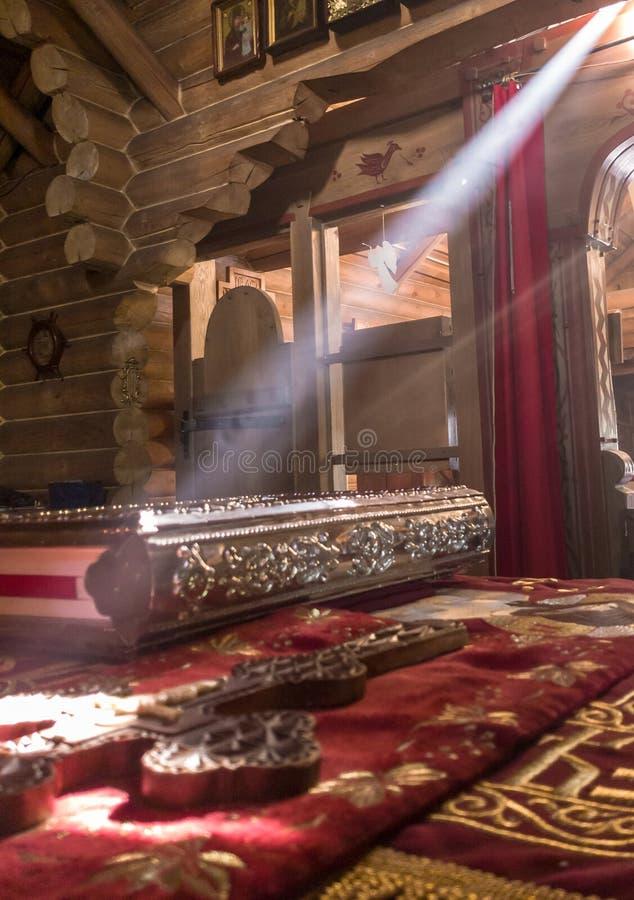 De stralen van de zon maken hun manier door de vensters en de barsten van de Orthodoxe kerk op de troon en heilig royalty-vrije stock fotografie