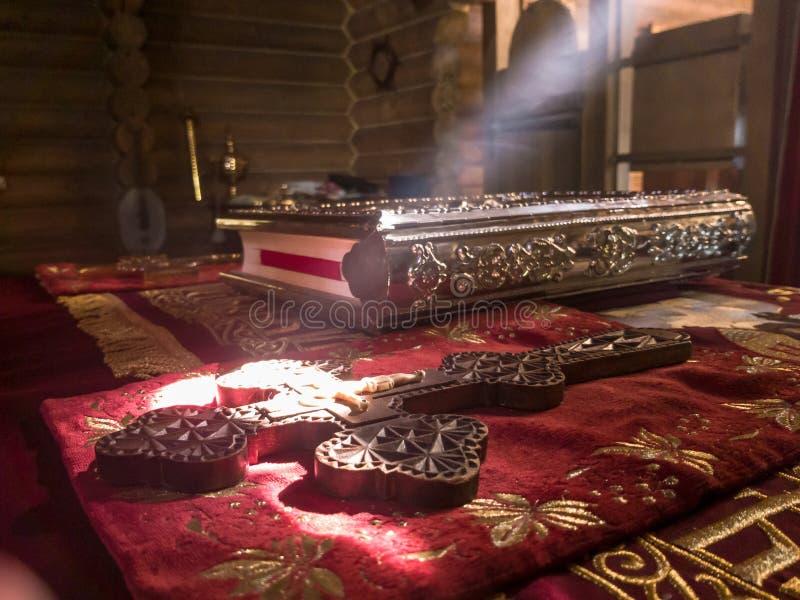 De stralen van de zon maken hun manier door de vensters en de barsten van de Orthodoxe kerk op de troon en heilig stock foto