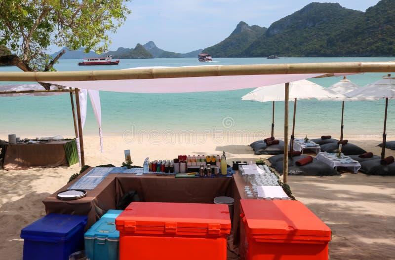 De strandbar, teistert frisdrank of drank op het tropische eiland wordt geplaatst dat royalty-vrije stock foto