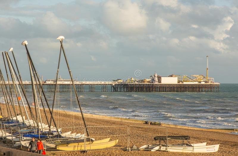 De strandboulevard van Brighton en pijler, Sussex, Engeland royalty-vrije stock foto's
