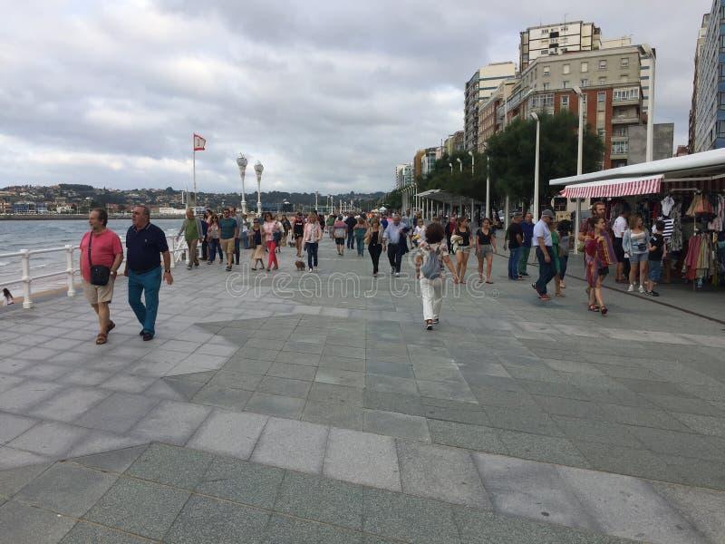 De strandboulevard van Gijon Asturias Spanje de zomeravond royalty-vrije stock foto