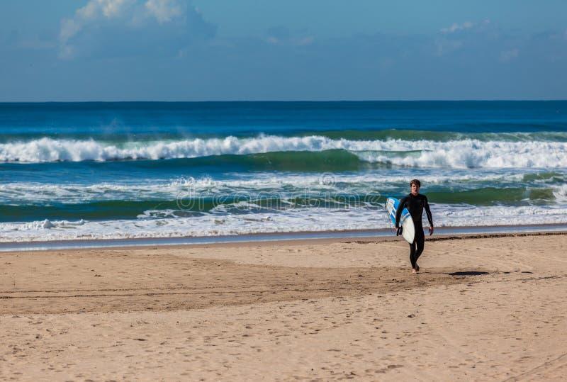 De strandsurfer gaat Golven weg royalty-vrije stock foto's