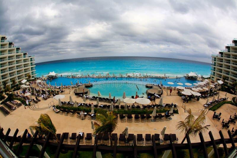 De strandvoorzijde bij een toevlucht van het luxestrand in Cancun royalty-vrije stock afbeelding