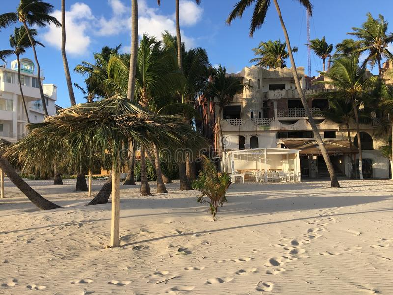 De strandvoorzijde van nu Larimar-toevlucht in de Dominicaanse Republiek van Punta Cana Een lokale opslag kan worden gezien royalty-vrije stock afbeelding