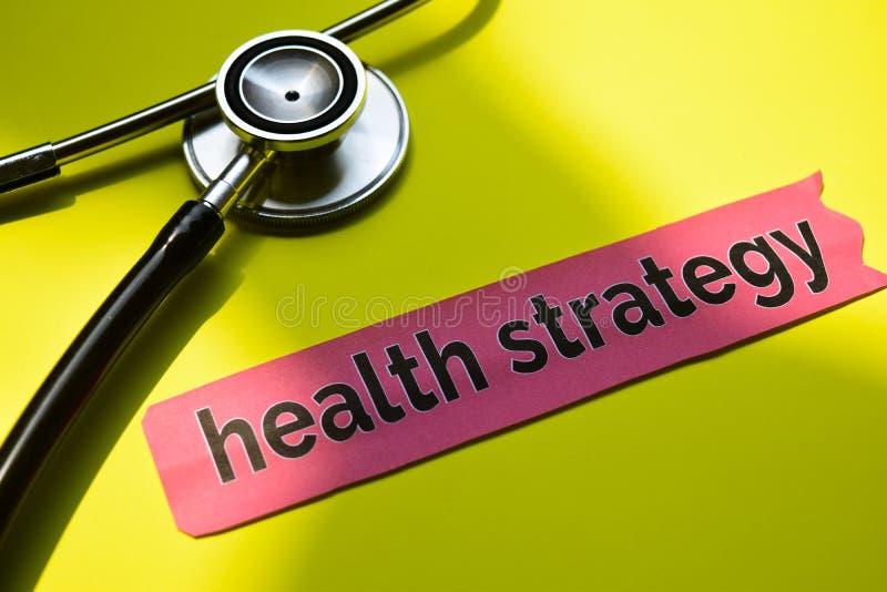 De strategie van de close-upgezondheid met de inspiratie van het stethoscoopconcept op gele achtergrond royalty-vrije stock foto's