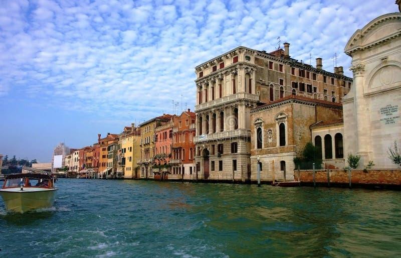 De straten en de kanalen van Venetië stock foto's