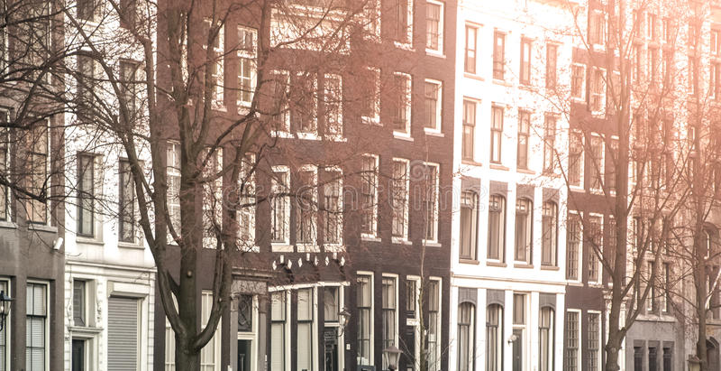 De Straten van Amsterdam Mening van smalle woonhuizen in historisch stadscentrum van Amsterdam, Nederland royalty-vrije stock afbeelding