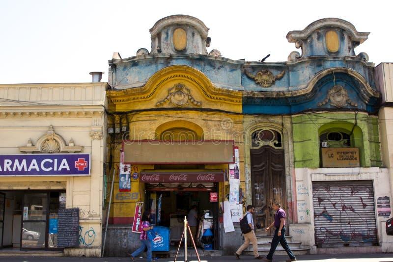 De straten van de binnenstad in Santiago de Chile met unieke oude gebouwen die moderne ondernemingen huisvesten stock afbeelding