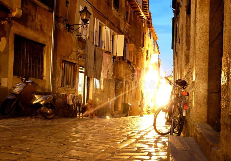 De straten van de nacht van middeleeuwse stad stock afbeelding