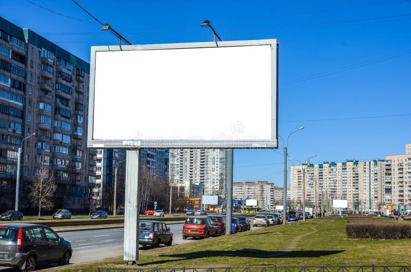 De straten van de grote stad en een groot reclameaanplakbord exemplaarruimte in het Aanplakbord stock illustratie