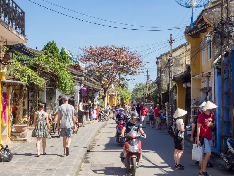 De straten van oude stad van Hoi An in centraal Vietnam, oude huizen en lantaarns van diverse kleuren, bezig stratenhoogtepunt va royalty-vrije stock foto