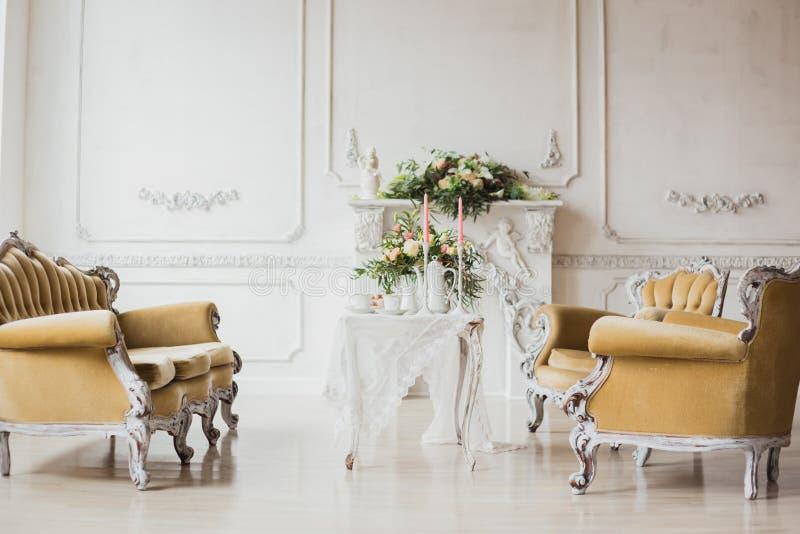 De streek van huwelijksdecoratie - witte lijst met boeket en cupcakes royalty-vrije stock afbeelding
